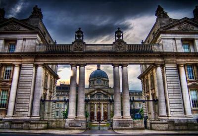 Женщина въехала в ворота здания правительства в Дублине