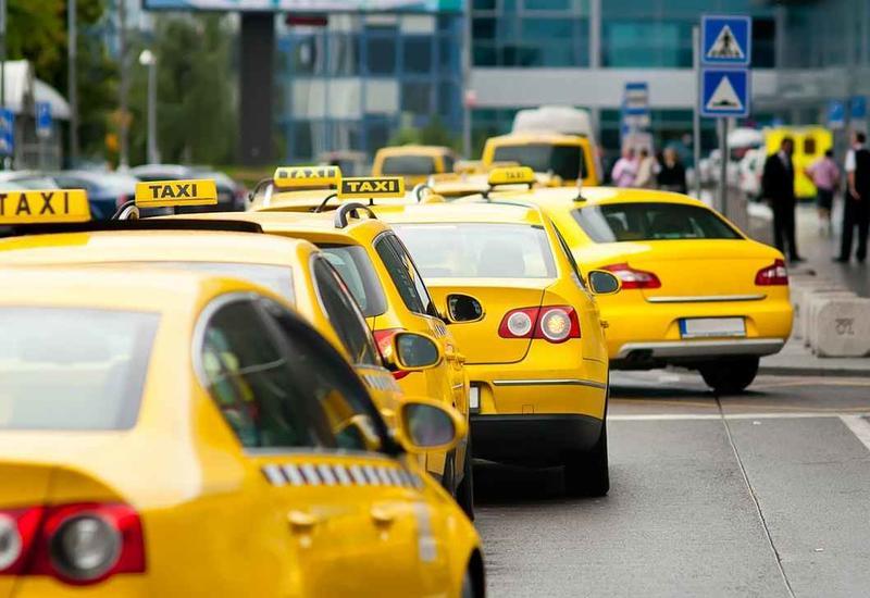 В Баку запретят мешающие движению транспорта стоянки такси