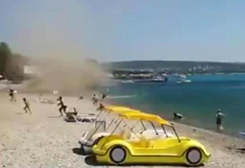 """Смерч """"атаковал"""" отдыхающих на пляже в Геленджике <span class=""""color_red"""">- ВИДЕО</span>"""