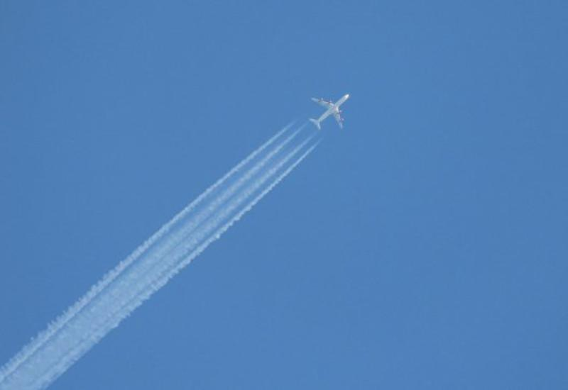 В России пассажирский самолет вернулся из-за загоревшегося двигателя