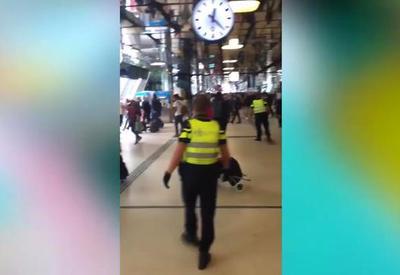 """Неизвестный с ножом напал на прохожих в Амстердаме, есть пострадавшие <span class=""""color_red"""">- ВИДЕО</span>"""