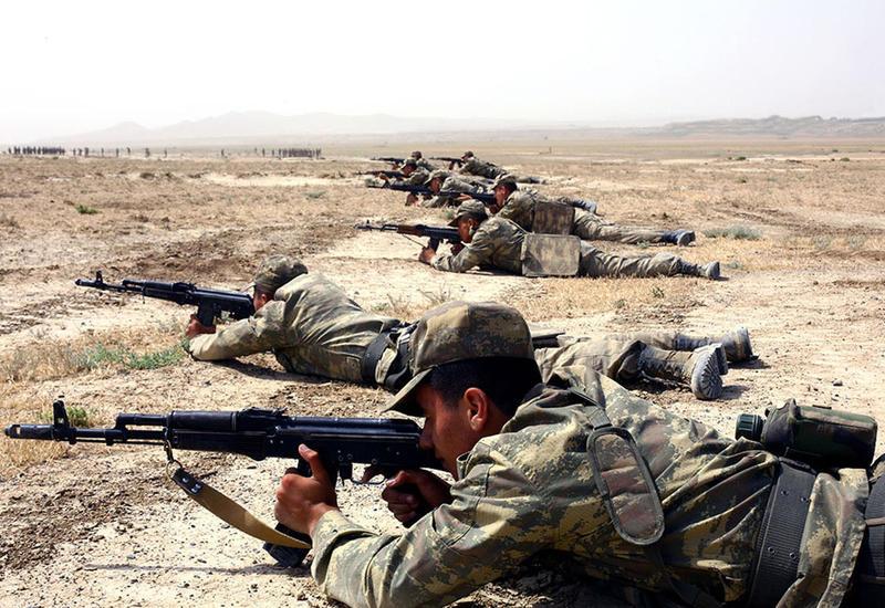 Азербайджанские курсанты выполняют упражнения по стрельбе