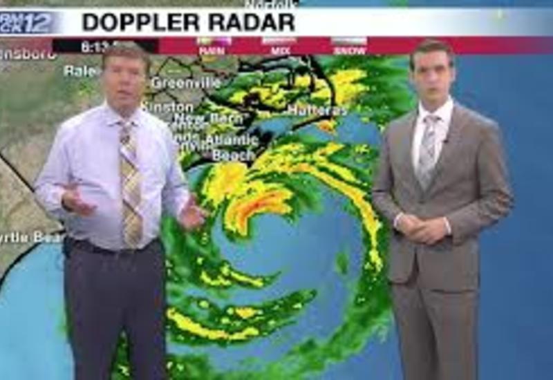 В США телеведущим пришлось спасаться от урагана во время прямого эфира