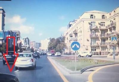 """Удивительное решение водителя привело к ДТП в центре Баку <span class=""""color_red"""">- ВИДЕО</span>"""