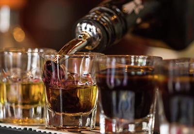 Массовое отравление поддельным виски в Малайзии, десятки жертв