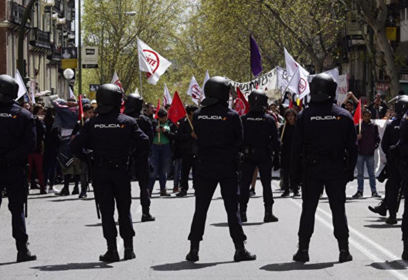 Испанские пенсионеры попытались снести полицейские кордоны у парламента