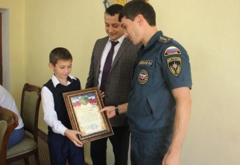 Школьника из Дагестана наградили за спасение тонущего двухлетнего ребенка
