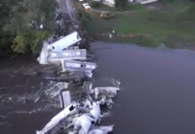 Грузовой поезд рухнул в реку после разрушения моста