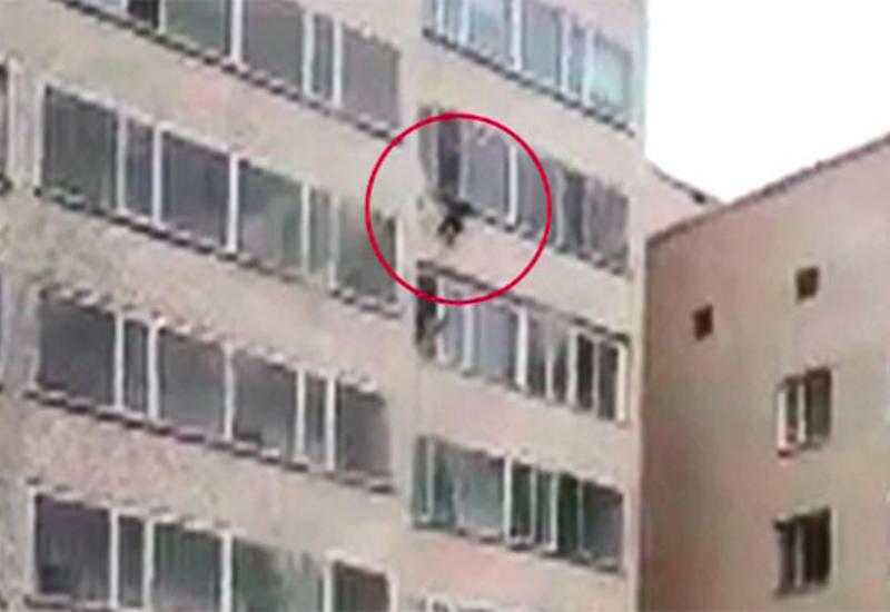 "Мужчина поймал ребенка, выпавшего с 10-го этажа <span class=""color_red"">- ВИДЕО</span>"