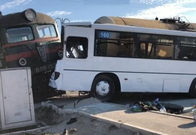 """Момент столкновения автобуса и поезда в Баку <span class=""""color_red"""">- ВИДЕО</span>"""