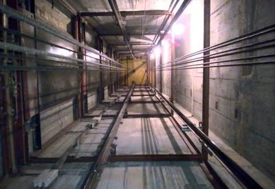 """Страшные кадры падения лифта на уборщицу в Баку <span class=""""color_red"""">- ВИДЕО</span>"""