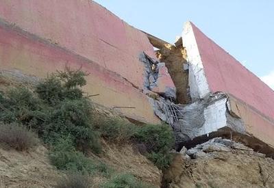 Активность в зоне оползня в Бадамдаре продолжается, обрушился забор