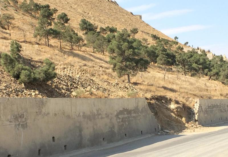 Слой земли в Бадамдарской оползневой зоне в Баку заметно сдвинулся к дороге