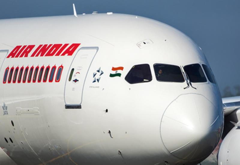 В Индии стюардесса вывалилась из самолета