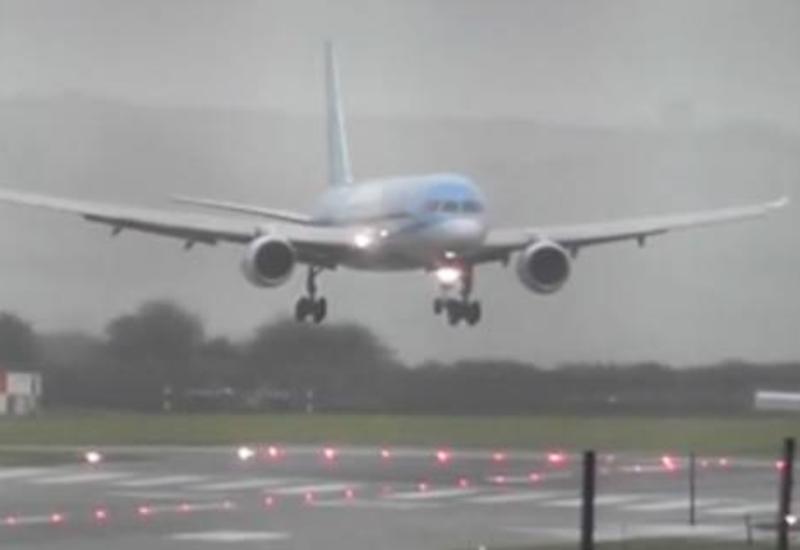 """Пилоты заворожили соцсети посадкой лайнера во время шторма <span class=""""color_red"""">- ВИДЕО</span>"""