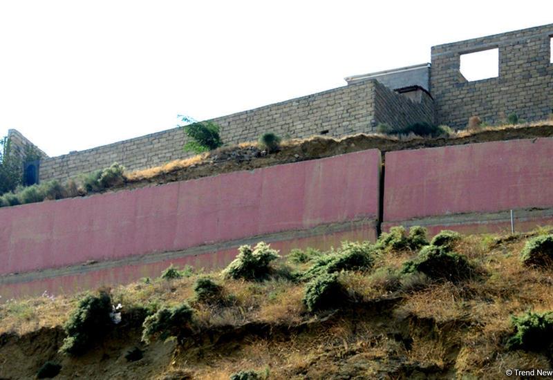 На стенах домов в оползневой зоне в Баку появились новые трещины
