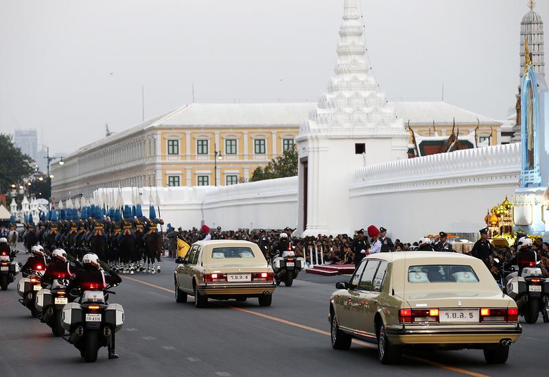 В Таиланде полицейский бросил королевский кортеж и спас человека