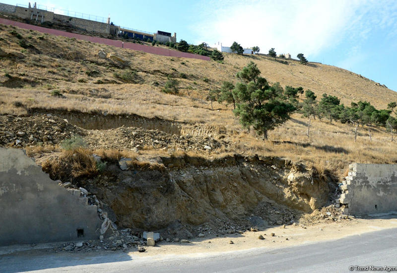 Минэкологии об увеличении мелких трещин в зоне оползня в Баку