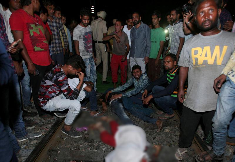 Власти Индии уточнили число жертв при наезде поезда: 59 погибших