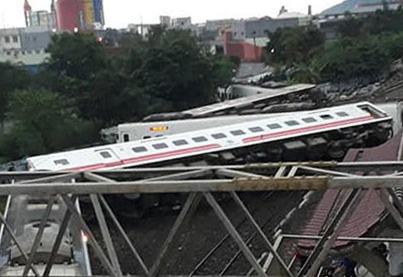 """На Тайване пассажирский поезд сошел с рельсов, 160 раненых <span class=""""color_red"""">- ОБНОВЛЕНО</span>"""