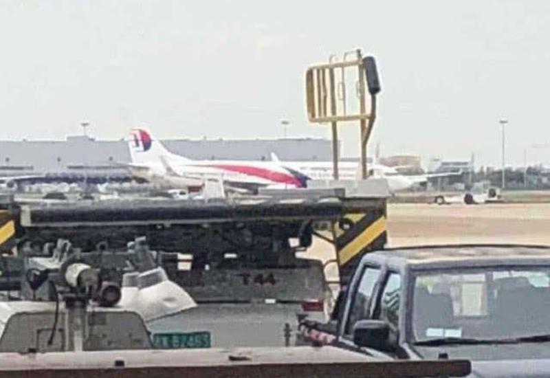 """В аэропорту Шанхая у самолета при взлете лопнули шины <span class=""""color_red"""">- ФОТО</span>"""
