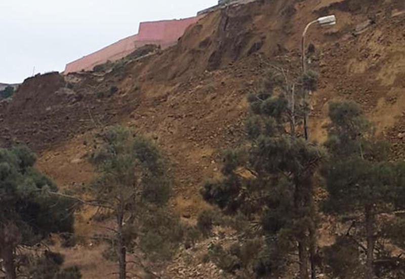На грунтовой массе в зоне оползня в бакинском поселке образовались новые трещины