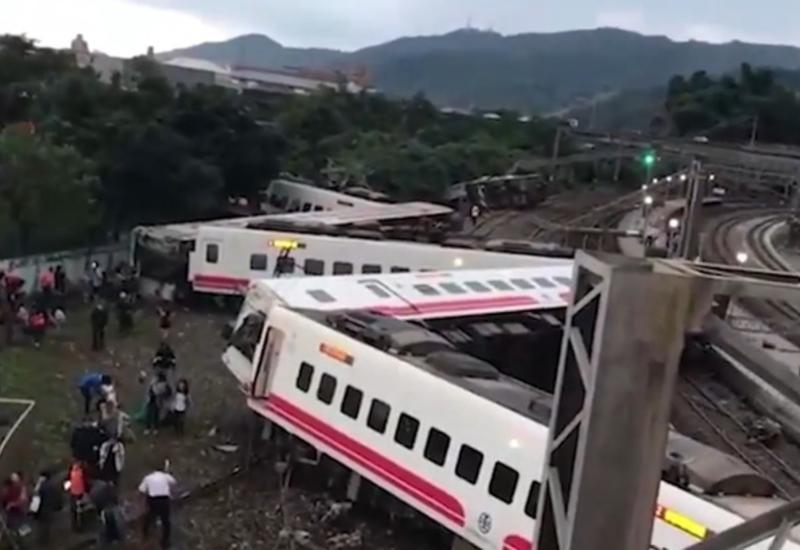 """Крушение поезда на Тайване попало на камеры <span class=""""color_red"""">- ВИДЕО</span>"""
