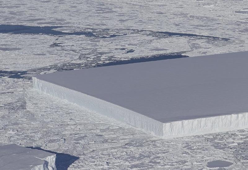 """В Антарктиде ученые наткнулись на айсберг правильной квадратной формы <span class=""""color_red"""">- ФОТО</span>"""