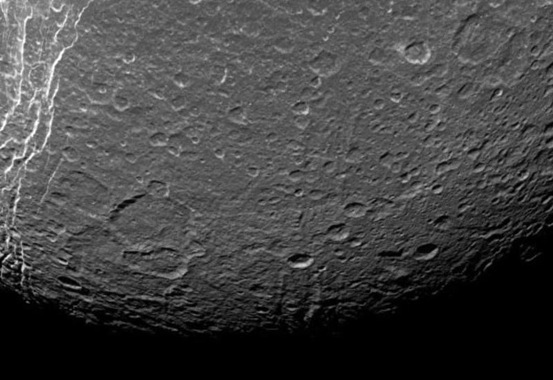 """Астрономы нашли загадочные """"петроглифы"""" на спутнике Сатурна"""