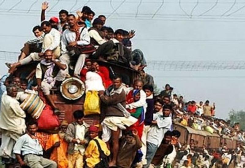 В Индии мужчина чудом остался жив, прыгнув под поезд