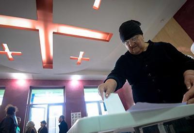 Кандидат в президенты Грузии устроил перепалку на избирательном участке