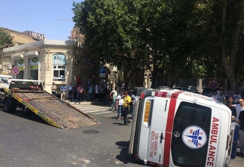В Сабирабаде перевернулась машина скорой помощи, есть пострадавшие