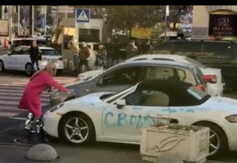 """В центре Киева блондинка разбила топором Porsche <span class=""""color_red"""">- ВИДЕО</span>"""