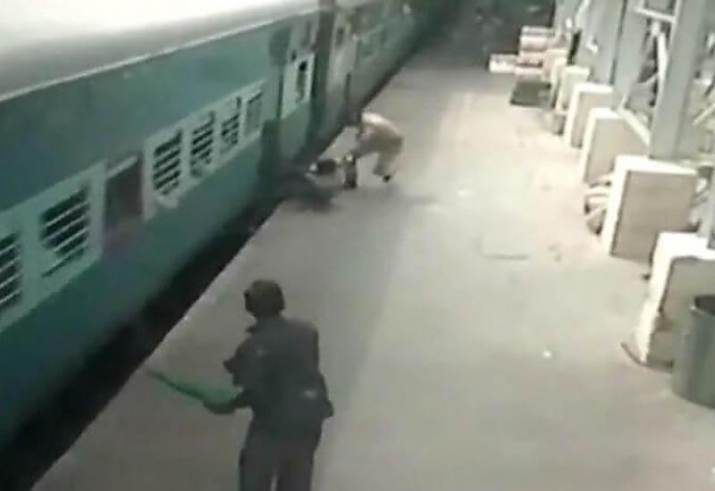 """Полицейский спас жизнь женщине, опоздавшей на поезд в Индии <span class=""""color_red"""">- ВИДЕО</span>"""