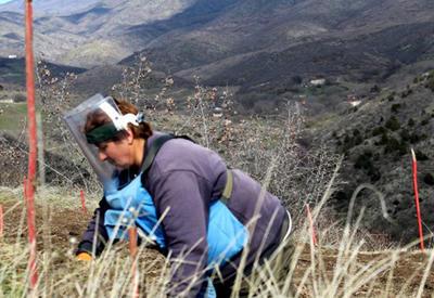 Многодетных армянских матерей заставляют очищать от мин оккупированный Карабах?
