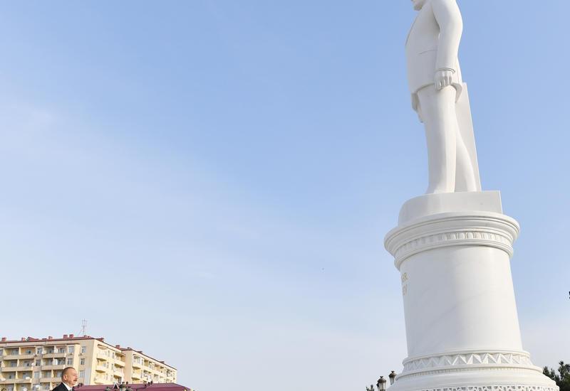 """Президент Ильхам Алиев посетил памятник Общенациональному лидеру Гейдару Алиеву в Сумгайыте <span class=""""color_red"""">- ФОТО</span>"""