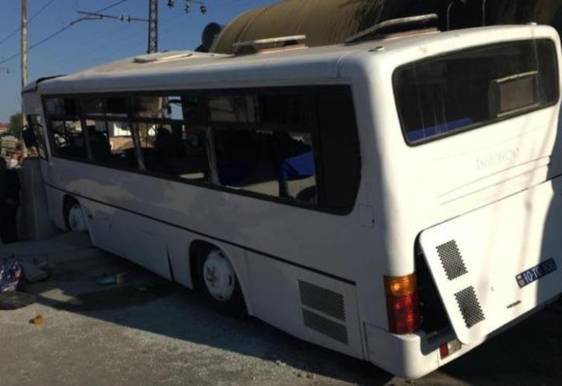 """160 saylı avtobus qatarla toqquşmaqdan son anda qurtuldu <span class=""""color_red"""">- RƏSMİ</span>"""