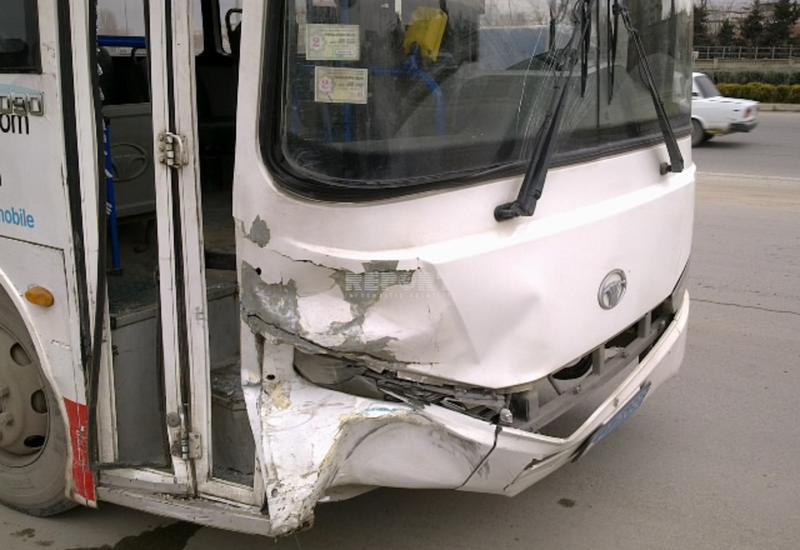 В Баку автобус устроил крупное ДТП, есть погибший