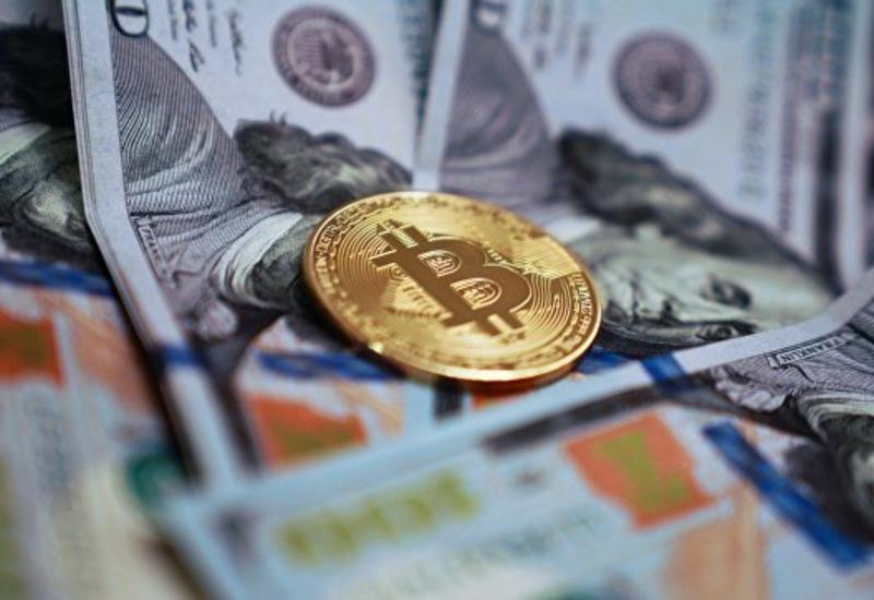 Стоимость биткоина опустилась до минимума более чем за год