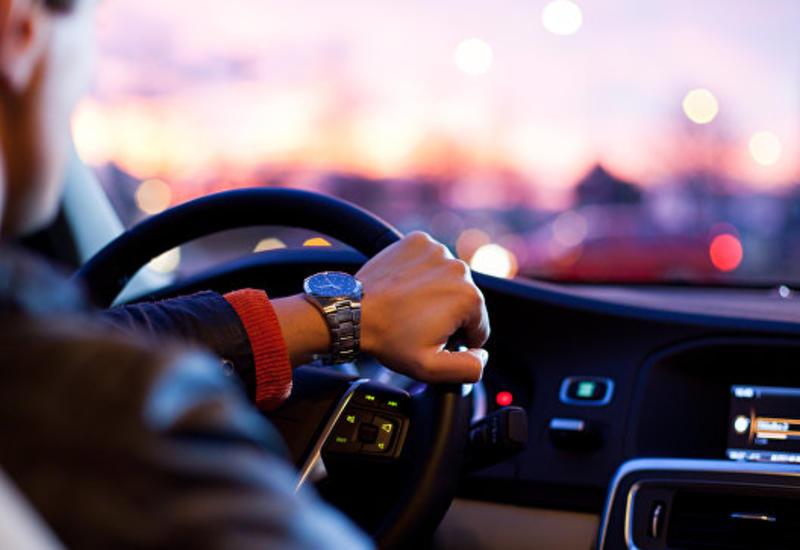 """Если увидел деньги на своем авто, дави на газ немедленно <span class=""""color_red"""">- ВИДЕО</span>"""