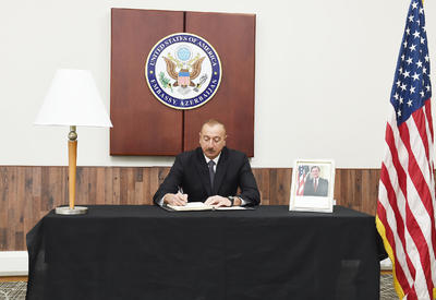 """Президент Ильхам Алиев посетил посольство США и выразил соболезнования в связи с кончиной Джорджа Буша-старшего <span class=""""color_red"""">- ФОТО</span>"""