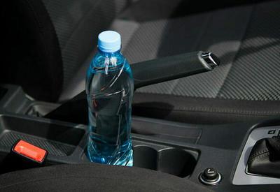 """Вот почему нельзя оставлять в машине бутылку с водой <span class=""""color_red"""">- ВИДЕО</span>"""