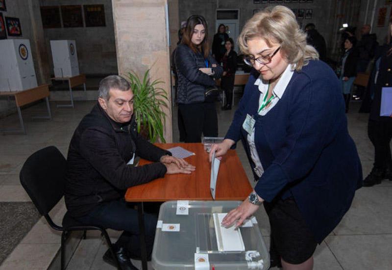 Ermənistanda seçicilər açıq-aşkar təlimatlandırılmış hərəkətlər edir