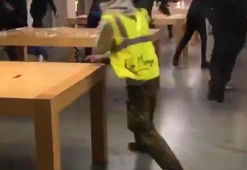 "Во Франции толпа протестующих ограбила Apple Store <span class=""color_red"">- ВИДЕО</span>"