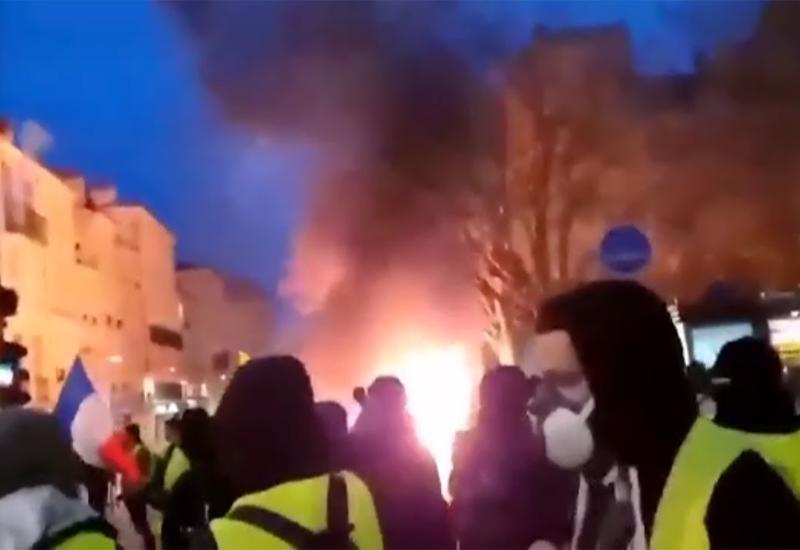 """Одному из протестующих во Франции от взрыва гранаты оторвало руку <span class=""""color_red"""">- ВИДЕО</span>"""