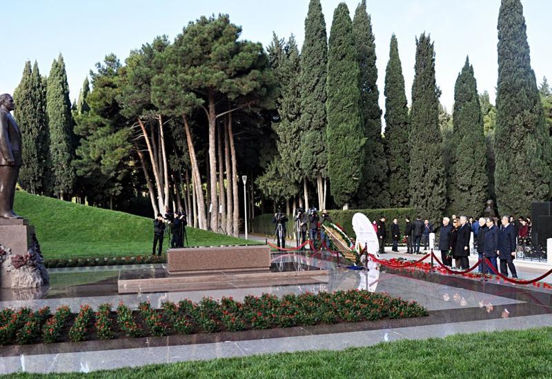 "Представители партии «Ени Азербайджан» посетили могилу великого лидера Гейдара Алиева <span class=""color_red"">- ФОТО</span>"