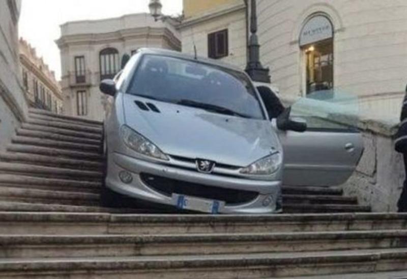 В Риме пьяный водитель съехал на машине по ступеням Испанской лестницы