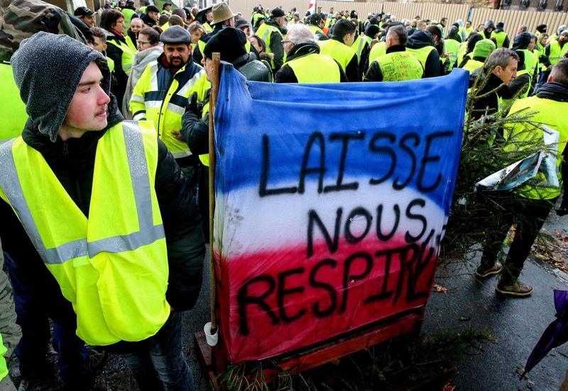 Протесты во Франции продолжатся, несмотря на обещания Макрона