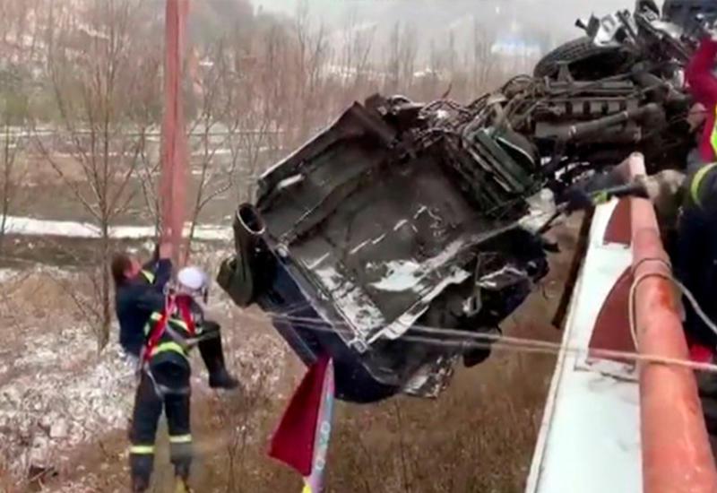 "Спасение водителя повисшего на краю моста грузовика попало на камеры <span class=""color_red"">- ВИДЕО</span>"