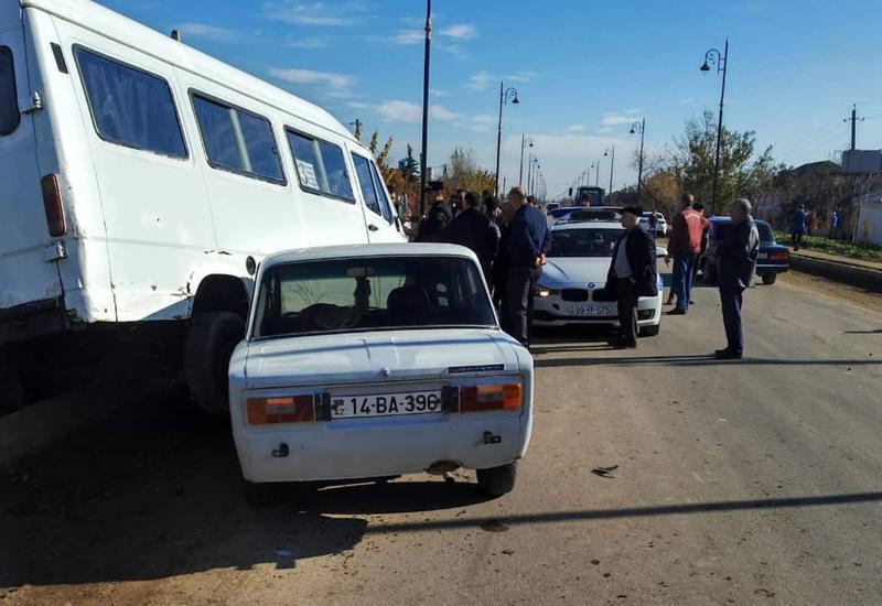 В Азербайджане микроавтобус столкнулся с легковушкой